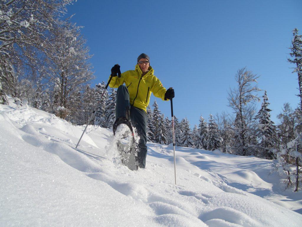 Schneeschuhe wandern im Pulverschnee