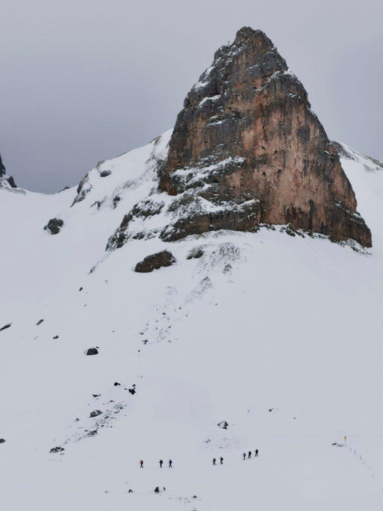 Schneeschuhwandern Rofan - Eindrucksvolle Berge: Schau mal wie klein die Schneeschuhwanderer im Vergleich zum Hochiss sind