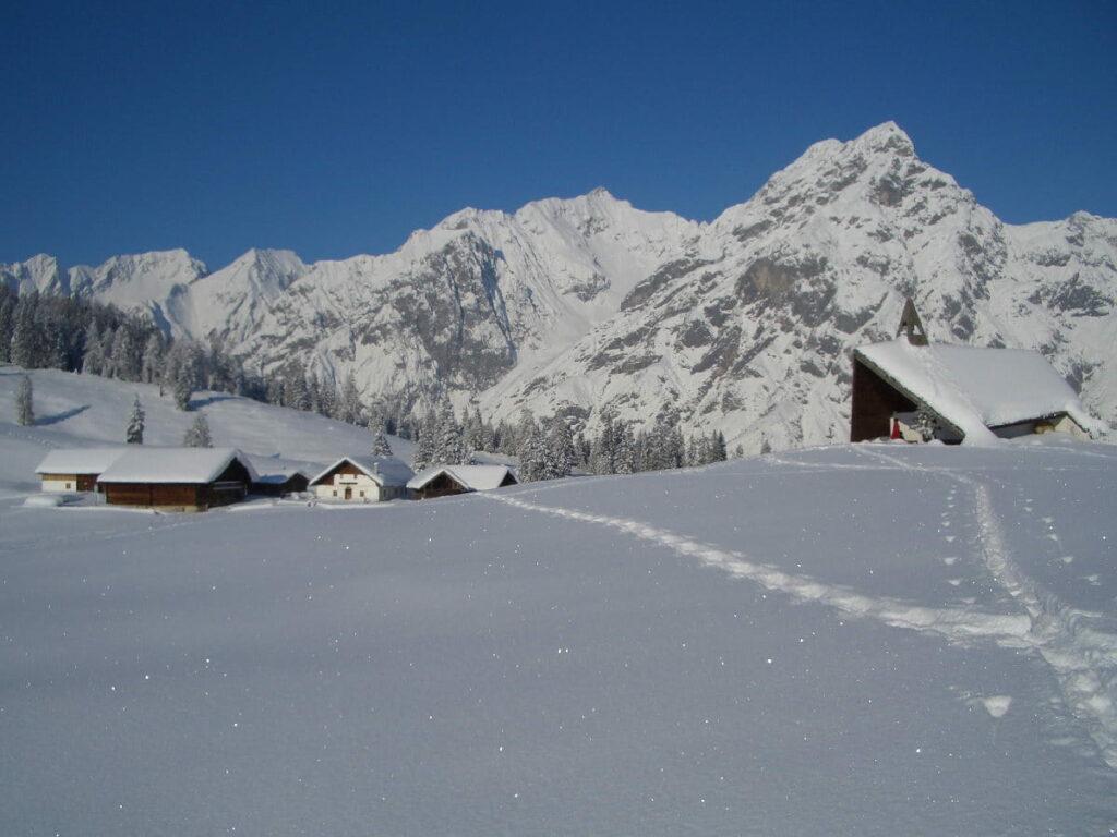 Schneeschuhwandern auf der Walderalm Wiese mit Blick auf´s Karwendel